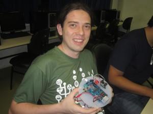Ricardo Fantin, mexendo no Robô Fun.